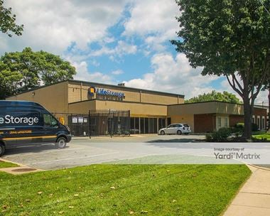 Storage Units for Rent available at 26 West Diamond Avenue, Gaithersburg, MD 20877